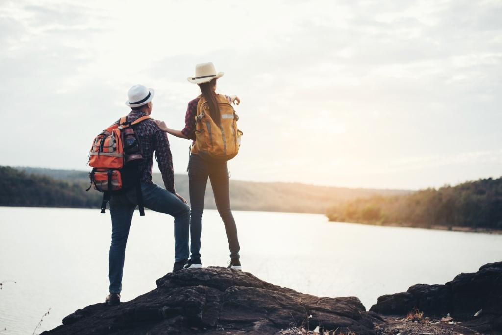 для сайта couple-tourists-with-backpacks-mountain.jpg